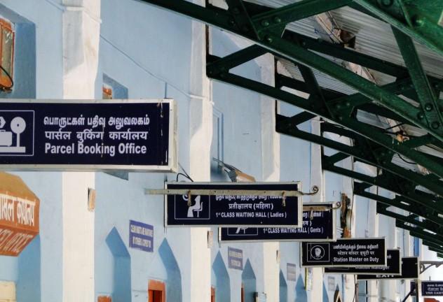 Indien_Bahnhof_Schilder