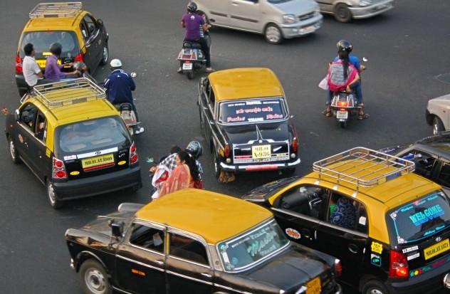 Indien Mumbai Strassenchaos Verkehr Taxis Mopeds