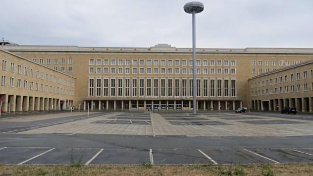 Tempelhofer Flughafen Gebäude Führungen