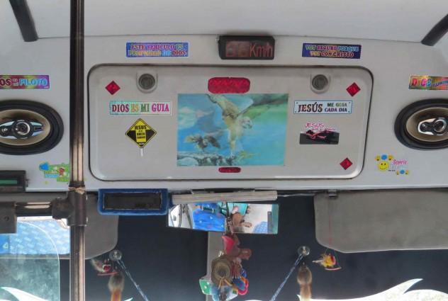 Roadtrippin Kolumbien Bus Busfahrt Fahrercabine mit Jesus Stickern