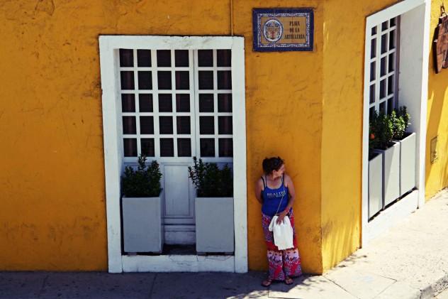 Roadtrippin Kolumbien Cartagena Frau versteckt sich