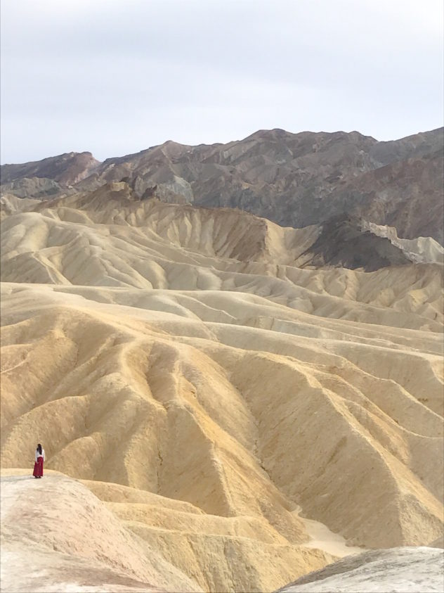 zabriskie point model in pose im death valley kalifornien