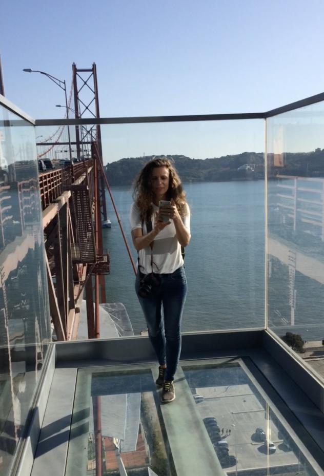 Auf der Ponte 25 do Abril mit Glasboden Lissabon Aussicht
