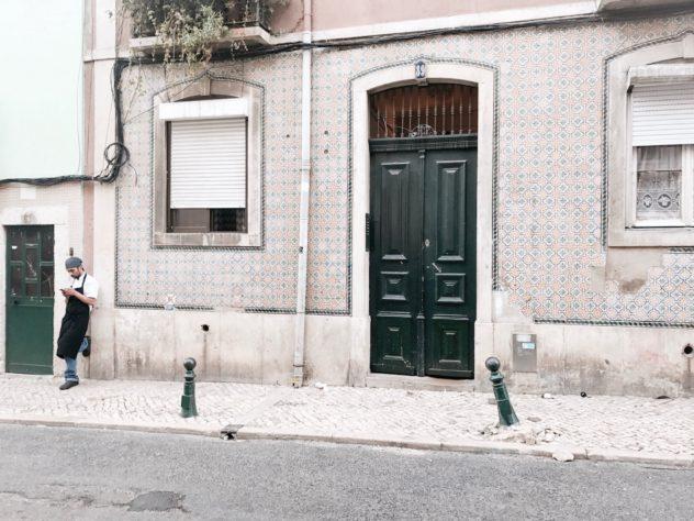 Lissabon boy und smartphone